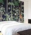 Giraffes-Stroll,-Nightfall-Tiere-Bäume-Blätter-Vögel-Fauna-Florale-Muster-FotoTapeten-Grün-Braun-Anthrazit-Creme-Ocker