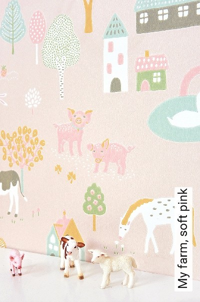My-farm,-soft-pink-Blumen-Tiere-Bäume-Gebäude-KinderTapeten-Grün-Rosa-Weiß-Ocker