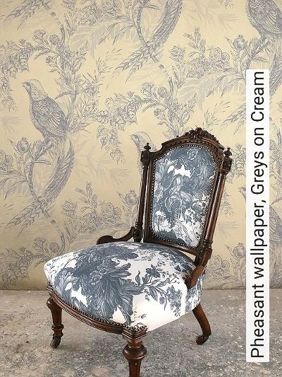 Pheasant-wallpaper,-Greys-on-Cream-Blumen-Tiere-Blätter-Vögel-Äste-Fauna-Florale-Muster-Grau-Creme