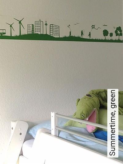 Summertime,-green-Wellen-Bäume-Landschaft-Figuren-Gebäude-Vögel-Wolken-Sonne-Kinder-Flugzeuge-KinderTapeten-Grün-Weiß